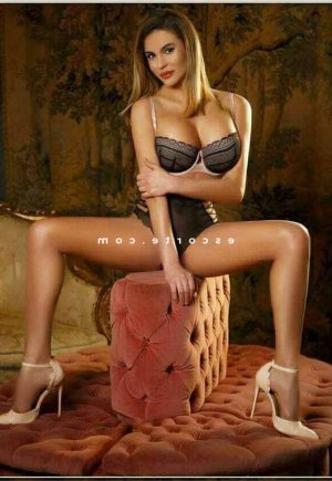 Julya escorte girl massage tantrique